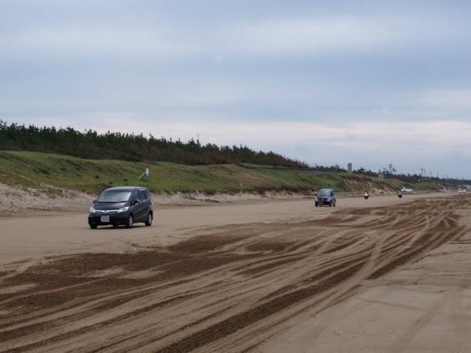 千里浜なぎさドライブウェイ車が多い